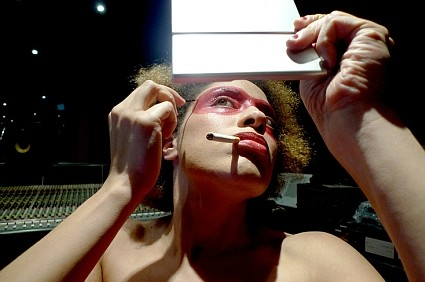 martina_topley_bird_applies makeup - on tour w Massive Attack and Thievery Corp